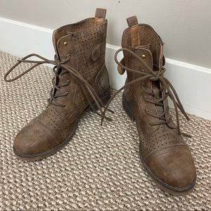 DE BLOSSOM BROWN DISTRESSED LACE UP BOOTS